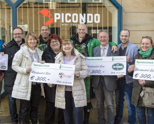 Spendenübergabe vor dem Büro von der Werbeagentur picondo | Werbe- & Mediengestaltung